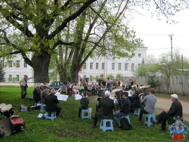 В парке том опять играет духовой оркестр